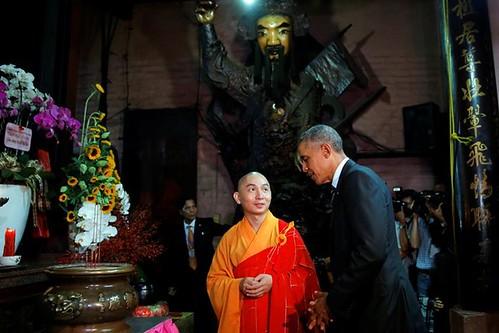 Obama từ chối cầu con trai khi thăm chùa Ngọc Hoàng
