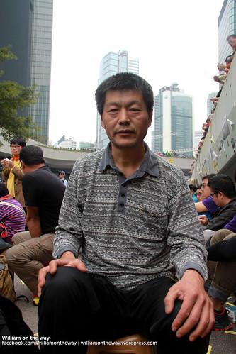 來自北京的王登耀在金鐘等候被捕,他說曾參與八九民運,見證香港正創造中國歷史。(勞顯亮攝)