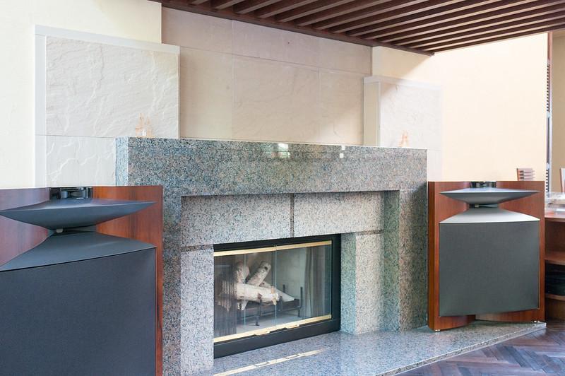 定山渓 鶴雅リゾートスパ 森の謌、ラウンジフロアにある暖炉とJBL EVEREST DD66000