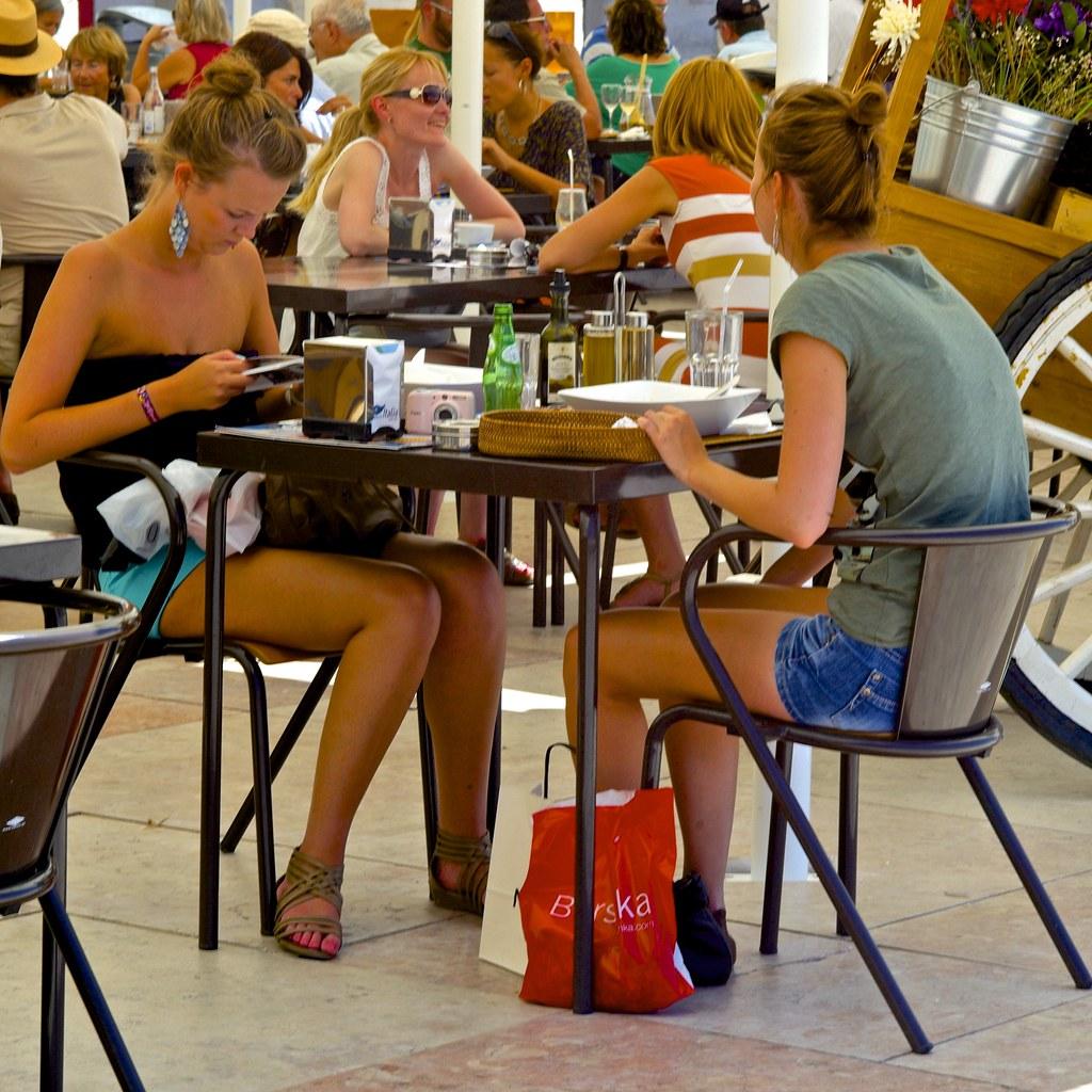 candid tourist girls | terreiro do paço, lisbon, portugal | pedro
