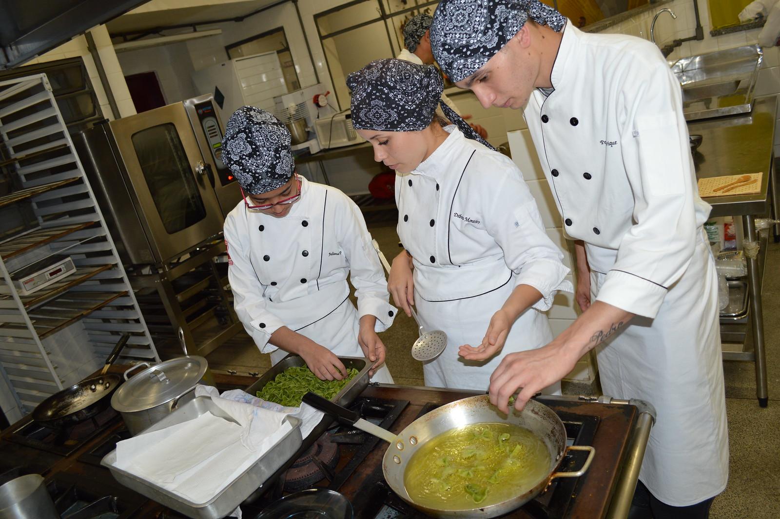 Alunos de Cozinha da Etec Carlos de Campos preparam pratos portugueses com toque tailandês