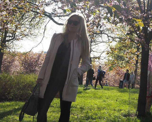 candygirloutfitP5125086,candygirlcherrytreepark2P5125066, cherry park, helsinki, suomi, finland, roihuvuori, kirsikkapuisto, cherry tree park, kirsikkapuu puisto, blossom, kukinta, sakura, itä-helsinki, east helsinki, lovely, ihana, green, pink, vihreä, pinkki, sun, aurinko, flowers, kukat, blossom, kukinta, may, toukokuu, kevät, spring, vaaleanpunainen, takki, coat, light pink, pale pink, cherry blossom girl, kirsikankukka tyttö, nature, luonto,
