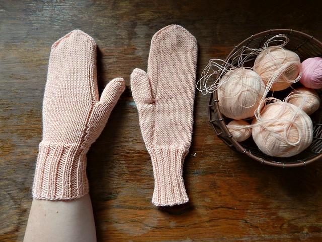 варежки с клиновидным пальцем, связаны на спицах | horoshogromko.ru