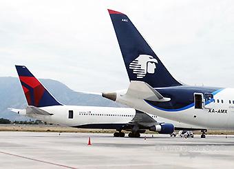 Aeroméxico B787 y Delta B767-300ER tail en SCL (RD)