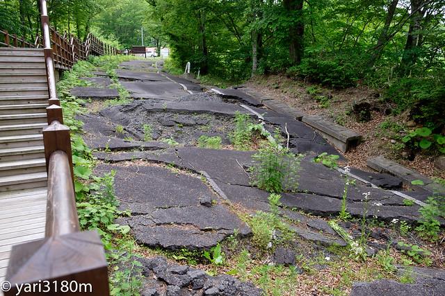 崩壊した祭畤大橋付近の地滑り跡