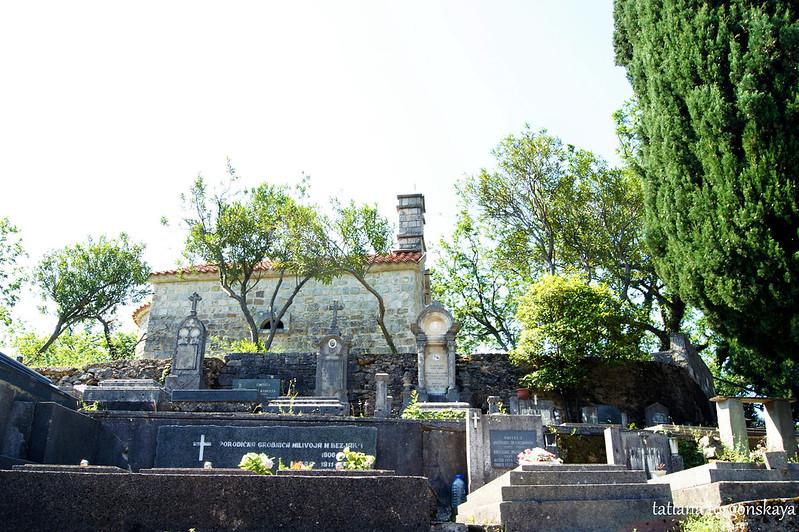 Церковь и кладбище