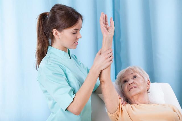 Primer plano de la rehabilitación del brazo en el sofá de tratamiento