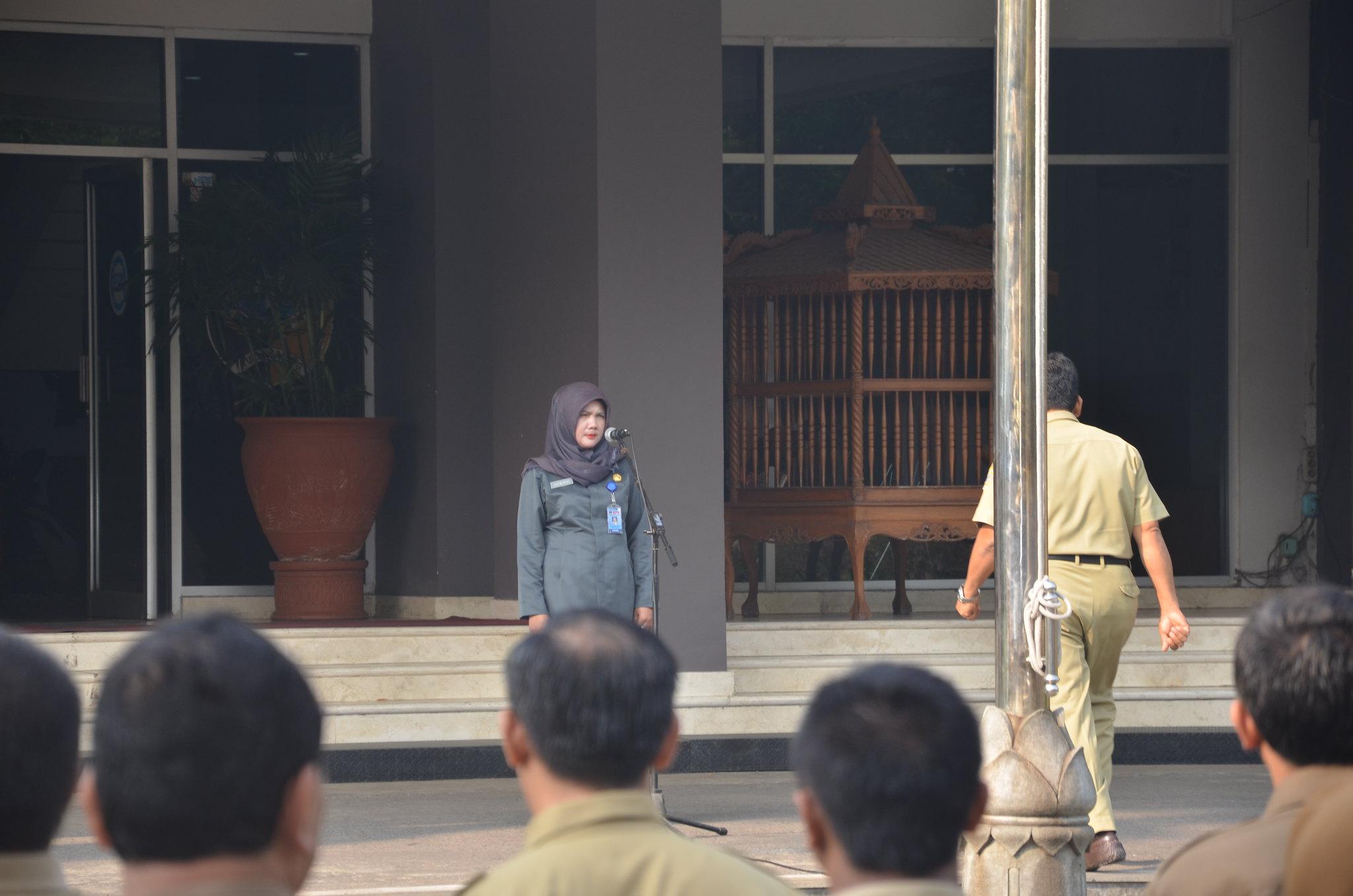 Sekretaris KPU Kab.Tulungagung, Lilik Wijayati, saat mengambil apel pagi di kantor Pemkab Tulungagung(6/6)