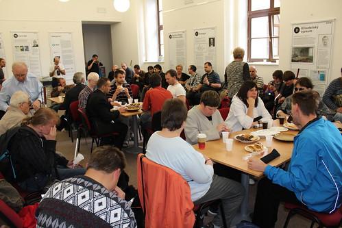 Začínáme obědem – pohled do zaplněné galerie Střediska Teiresiás