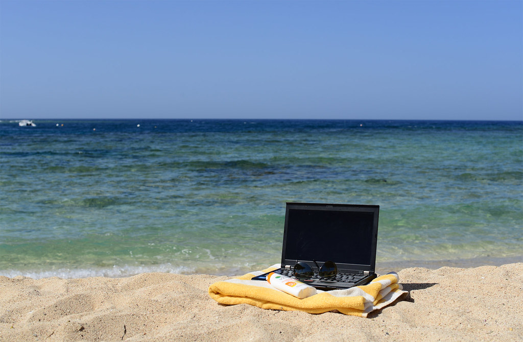 Arbeiten im Urlaub mit dem Laptop am Strand- Work during vacation - Laptop Beach