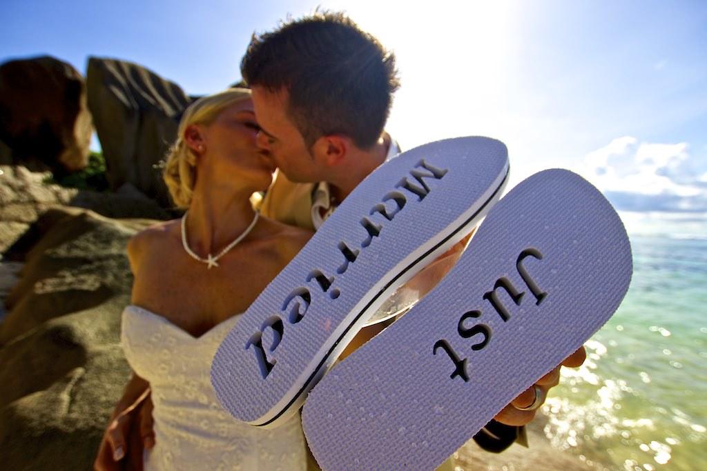 05 photographe mariage seychelles accessoire des maris se marier en tong aux seychelles by seychelles_wedding_photographer - Photographe Mariage Seychelles