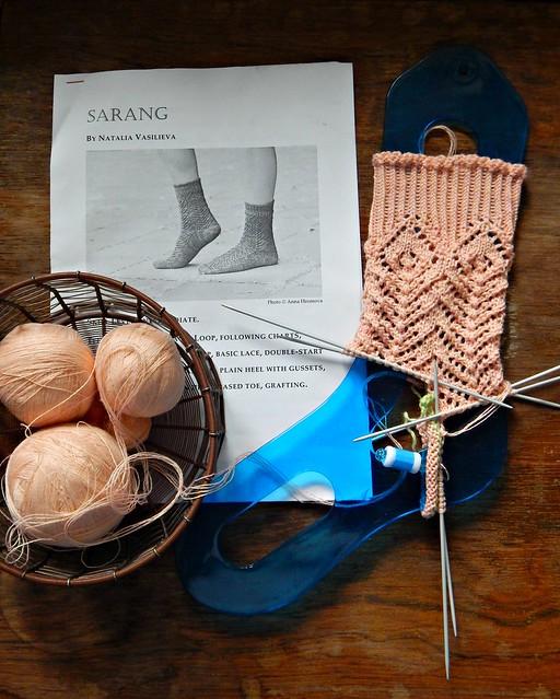 Ажурные носки Sarang в процессе, полноска на блокираторе, клубки в клубочнице | horoshogromko.ru