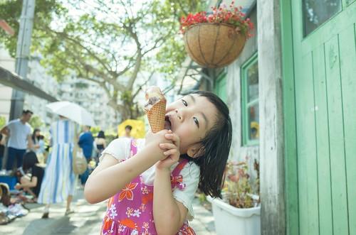 小女孩吃冰淇淋