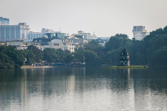 Hoan Kiem Lake, Hanoi, Vietnam ハノイ、ホアンキエム湖