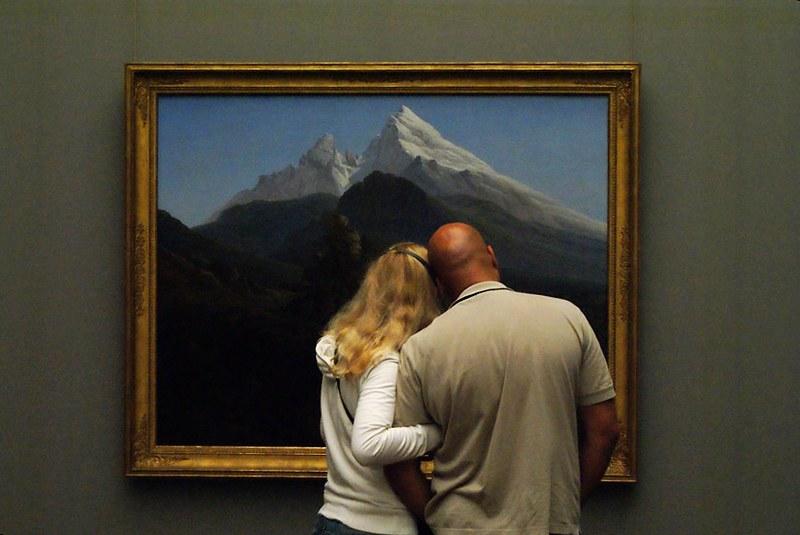 Un couple amoureux devant un paysage de montagne à l'Alte Nationalgalerie de Berlin.