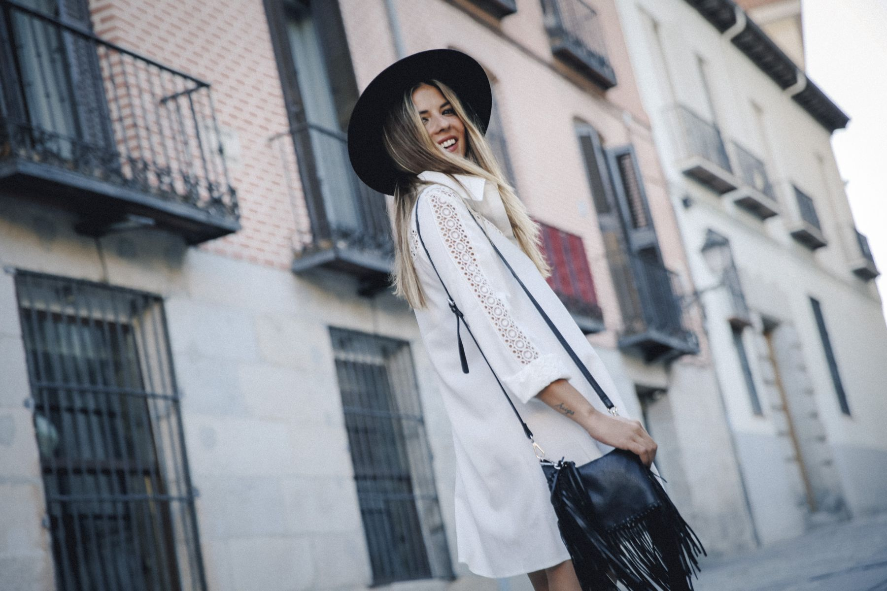 outfit look primavera spring street style trendy taste inspiration dress vestido casual sombrero hat brixton botines ankle boots susanna chloe bolso bag flecos fringes cuero leather asos blanco crochet lace_7