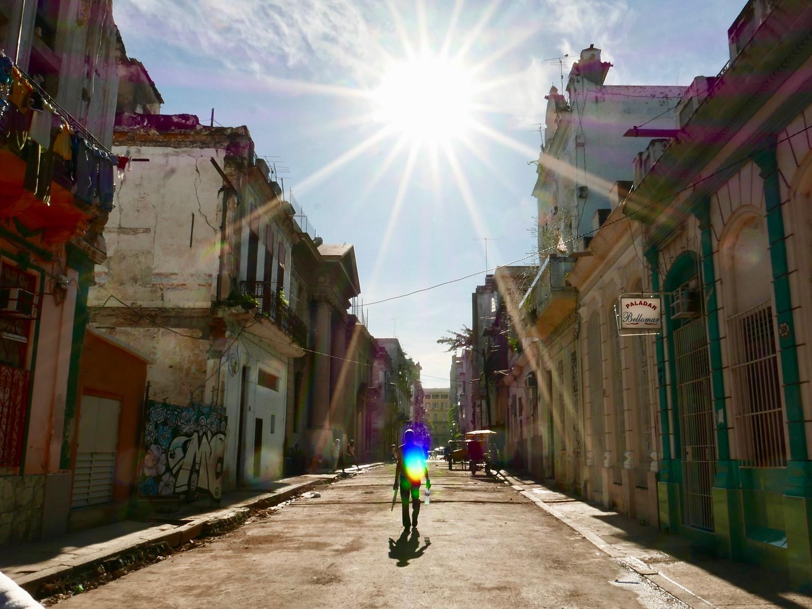 뜨거운 태양이 내리쬐는 아바나의 골목