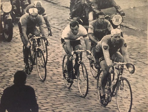 Rik van looy 1962 paris roubaix from the may 1962 miroir for Miroir venitien paris