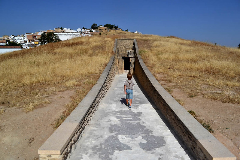 Aqui se aprecian los muretes construidos para su conservación. Dolmen de Viera.