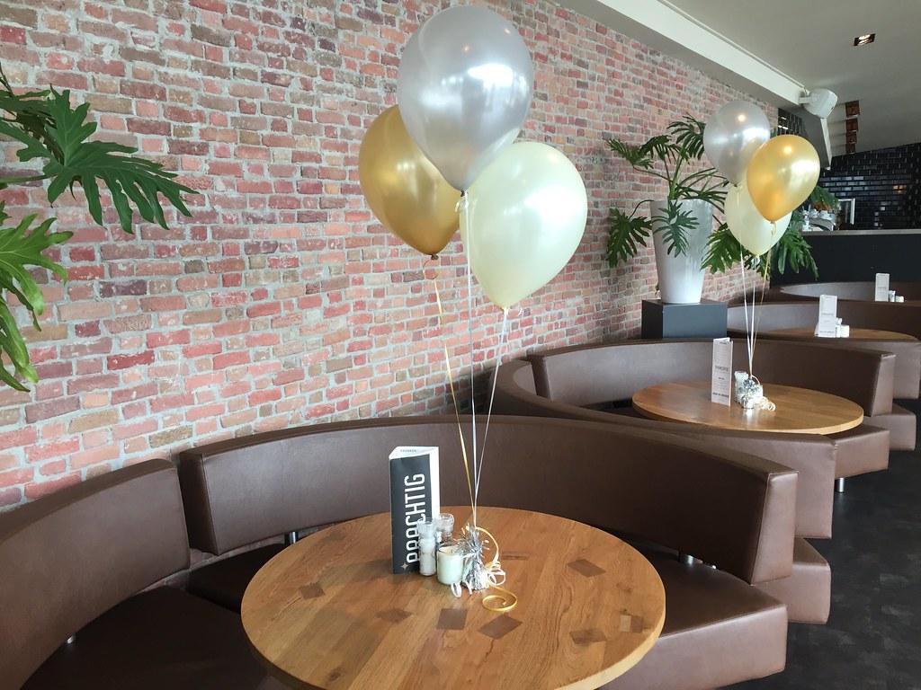Decoratie tafel. awesome ballonnen zilver goud ivoor restaurant