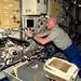 Kabels en slangen. Werken met het Ryutai rek voor vloeistof fysica in de Japanse module vandaag.
