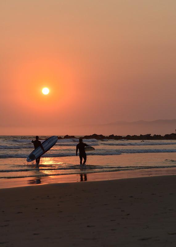 Atardecer con surferos en la playa de Santa Mónica en Los Angeles