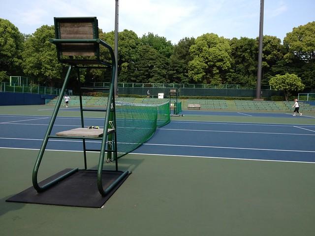 強風のなかテニス。