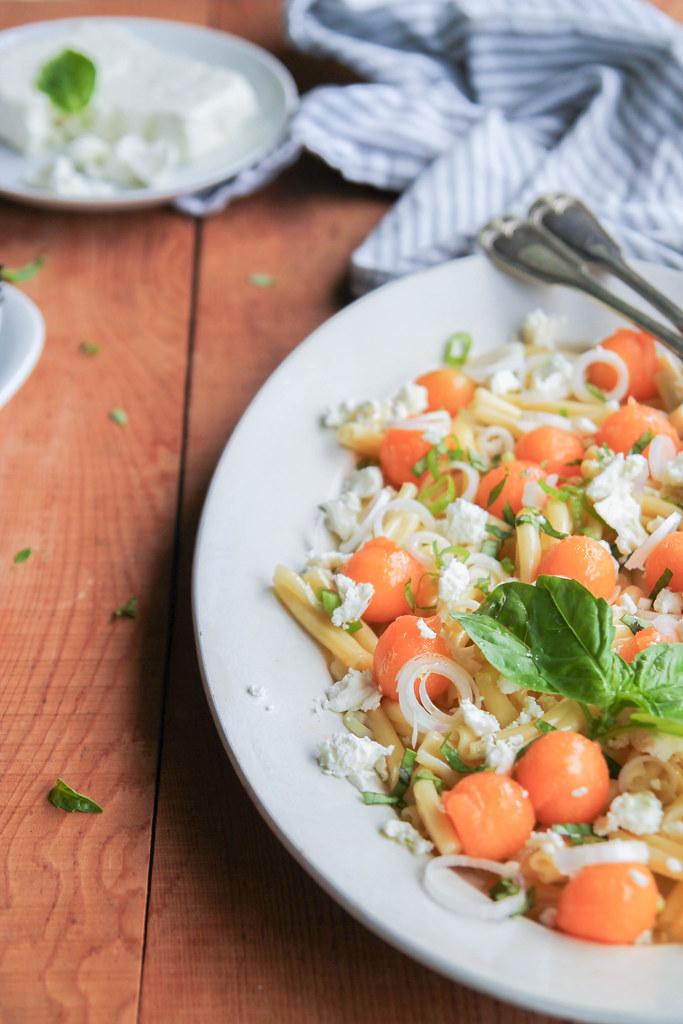 Salade de pâtes au melon, feta et basilic