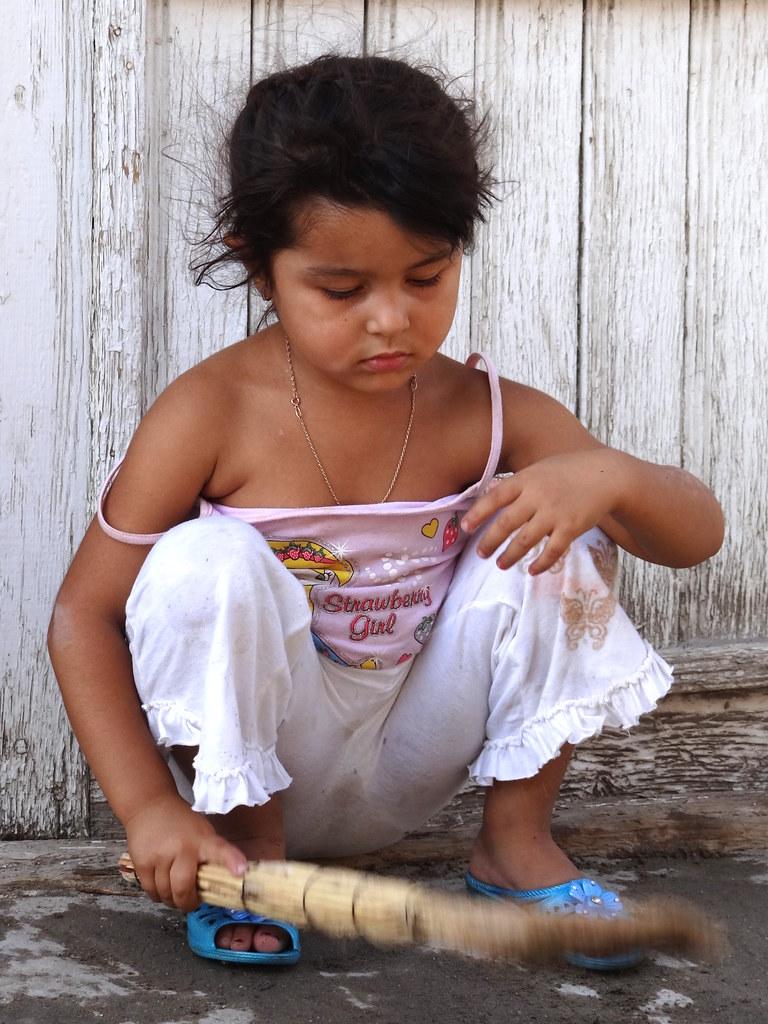 Superillu Girl Archiv : young girl with broom in old city bukhara uzbekistan ~ Lizthompson.info Haus und Dekorationen