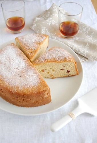 Almond and raisin cake / Bolo de amêndoa e passas | by Patricia Scarpin