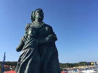 Estatua a la mujer gallega en el Porto Pedras Negras de San Vicente do Mar