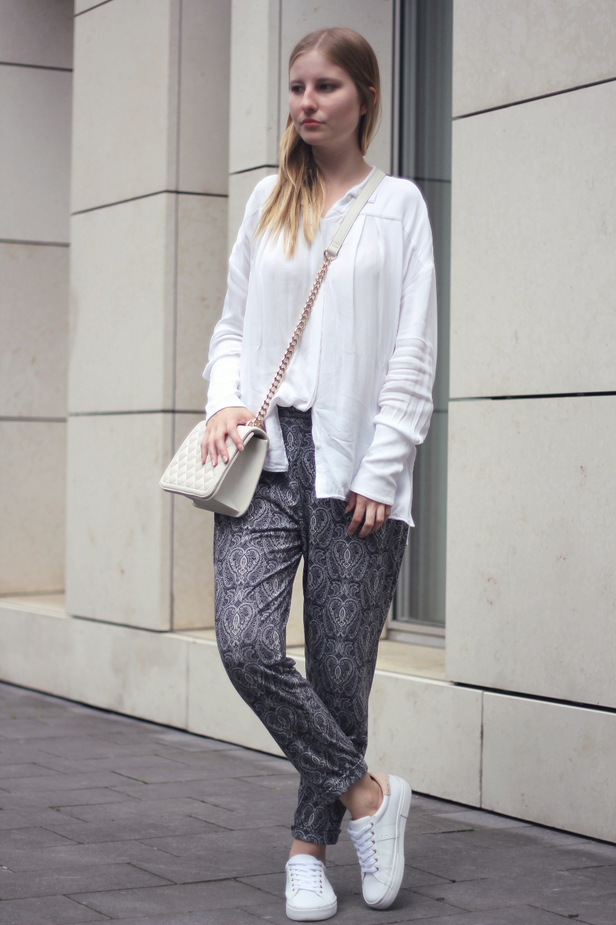 outfit paisley hose weisse bluse sneaker tasche fashionblog