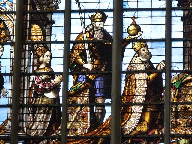 Detalle de la coronación de Carlos V en las vidrieras de la Catedral de Bruselas