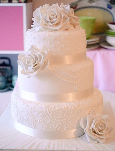 White Roses On Wedding Cake