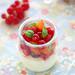 Crème yaourt chocolat blanc, fruits à l'huile d'olive et basilic