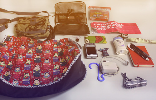 What is in my Bag | by Flor Dias - B.D.C.
