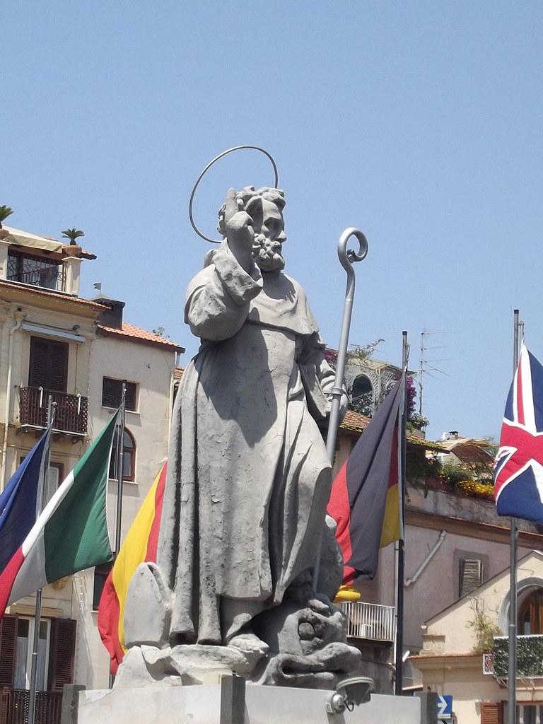 Piazza T. Tasso - Sorrento - statue - S. Antonino Abbate ...