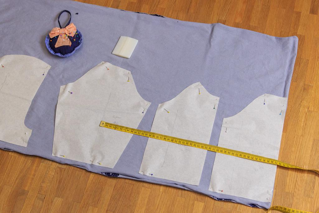ułożenie wykroju na tkaninie