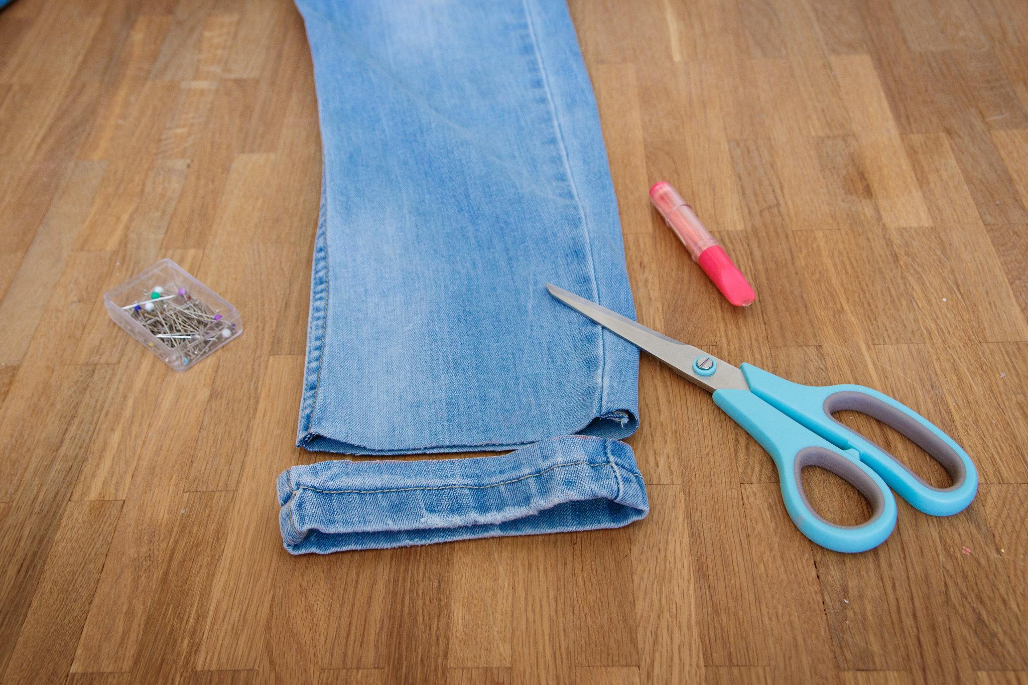 skracanie spodni, obcięcie oryginalnego nrzegu