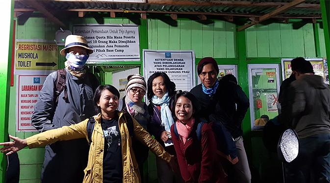 Muka-muka Bahagia Sebelum Mengetahui Trek Apa yang Bakal Dilalui untuk Sampai ke Puncak Gunung Prau