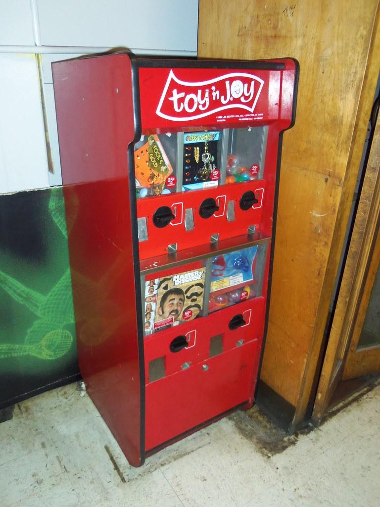 Toy N Joy Machine : Toy n joy prize machine a somewhat old looking