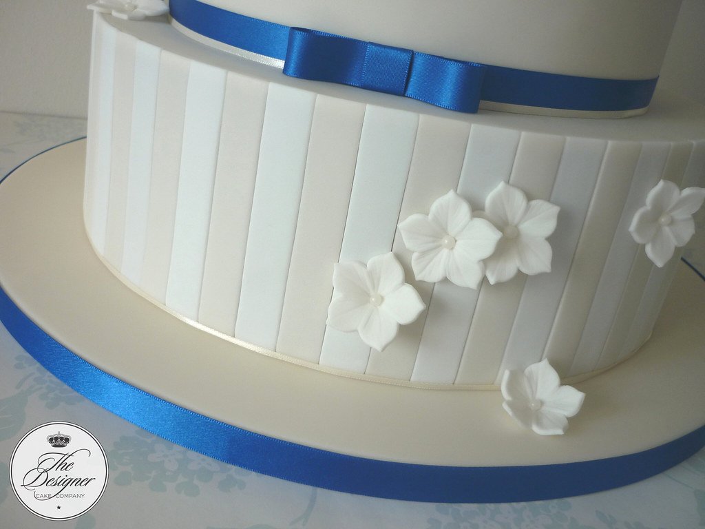 Ivory, white & royal blue wedding cake | This wedding cake w… | Flickr