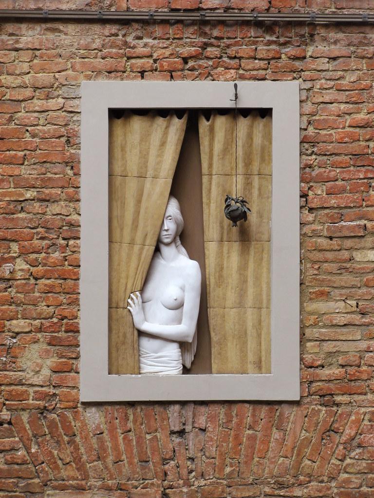 Donna alla finestra siena siena contrada del bruco - La finestra siena ...