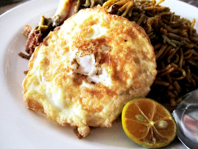 Happiness Cafe mee goreng special, fried egg