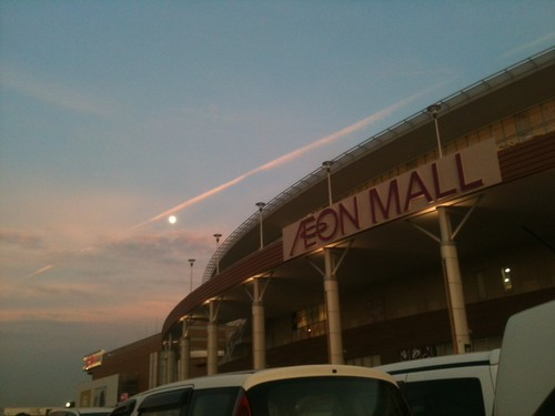 月と飛行機雲とイオンモール羽生