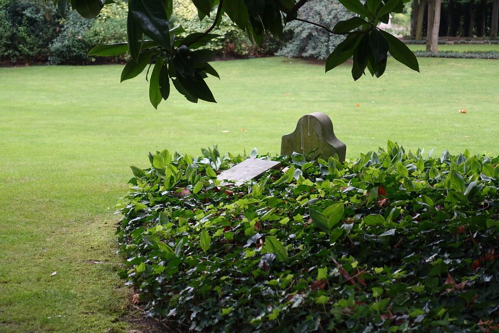 dog tomb garden htel matignon residence of the prime minister of france - Prim Garden