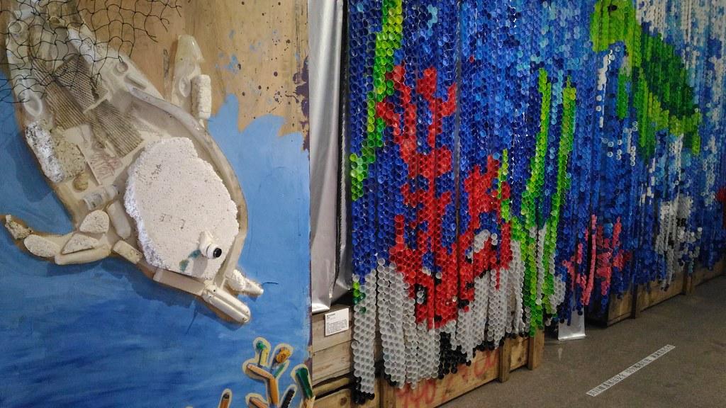 台灣環境資訊協會的馬賽克蓋藝術(友)及海湧工作室的海廢作品。攝影:林倩如。
