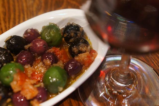 オリーブとトマトのマリネ&ハウスワイン