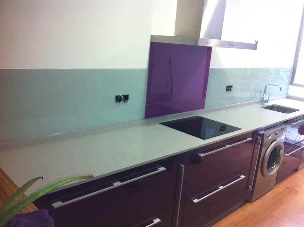 Frontal de cocina forrado con cristal lacobel despues a - Cocina con pared de cristal ...