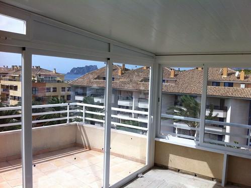 Cerramiento de una ampliaci n de terraza con aluminio y cr for Cristaleria benissa